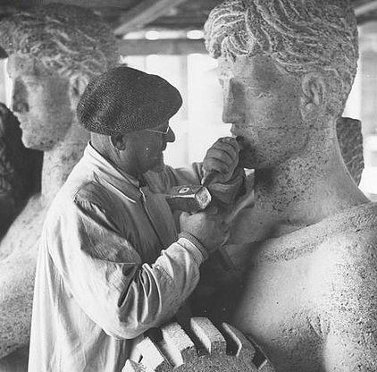 Der NS-Skulpteur Adolf Wamper bei der Arbeit